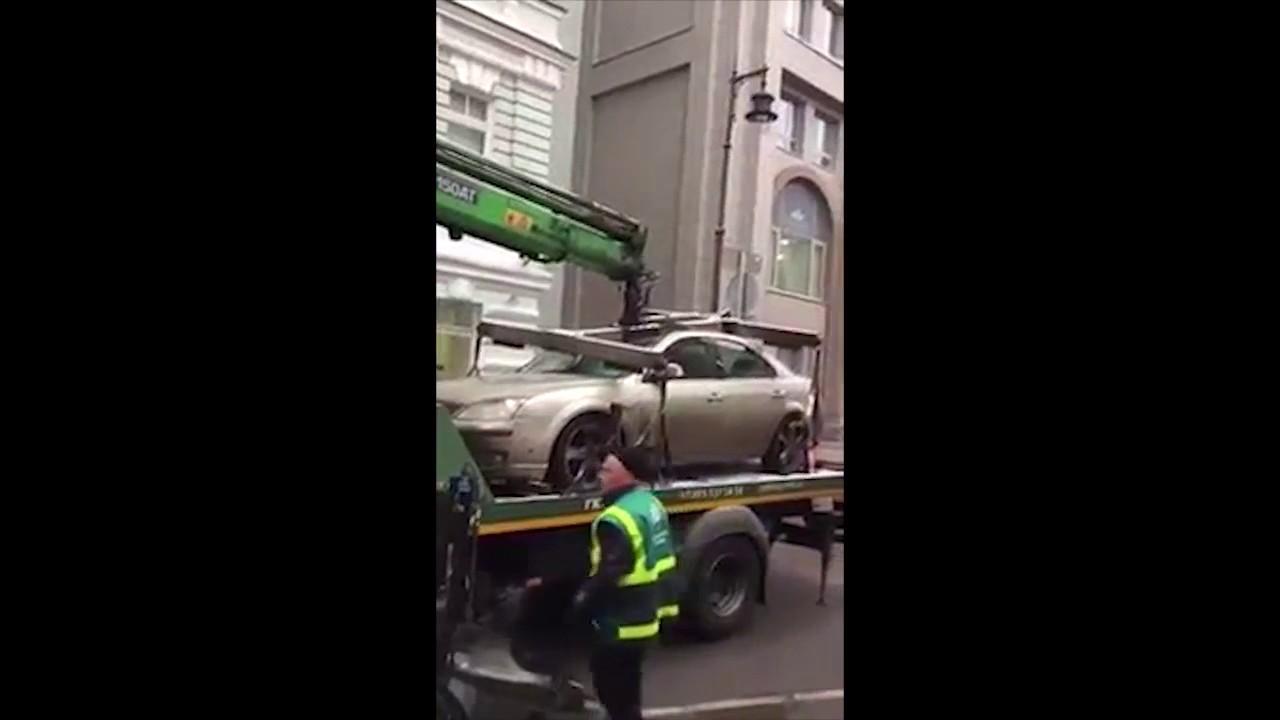 Эвакуатор раздавил автомобиль вцентре Москвы