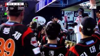 3B, Jae-Gyun Hwang (Lotte Giants) game tying HR, shows epic Bat Flip