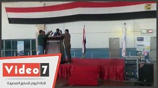 بالفيديو.. منصة داخل مطار القاهرة استعداد لتكريم لاعبي المنتخب فور وصولهم