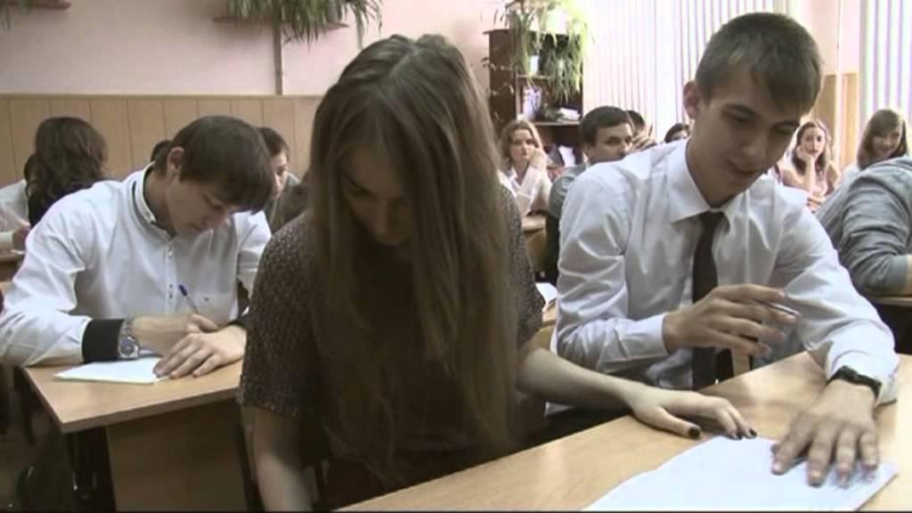 Видео как ученики поднимают юбки учителям фото 569-379