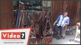 بالفيديو..«مجدى» يصنع الحقائب من الجلد الطبيعى:«نفسى أموت الصناعة الصينية الأونطة»