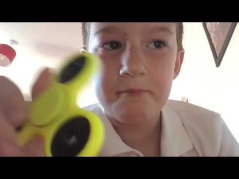 Kid videos fidget spinner demo