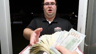 ילד נותן 40,000 שקל טיפ לשליח פיצה...