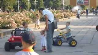 дети катаются на машинках Ровно(Дети катаются на машинках, квадроцыклах алея роз в городе Ровно. Самые интересные семейные видео, про детей,..., 2015-08-14T13:53:10.000Z)