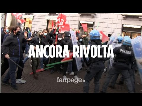 Covid, Napoli ancora scontri: guerriglia a Chiaia, cariche sotto la sede di Confindustria
