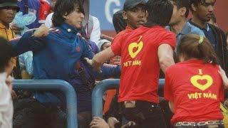 Clip CĐV tuyển Việt Nam bị CĐV tuyển Malaysia đánh đập dã man (bán kết AFF SUZUKI CUP 2014)