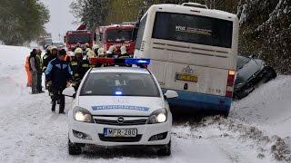 Hófúvásban csúszott busz elé a Peugeot Bozsoknál - a baleset pillanata és a műszaki mentés