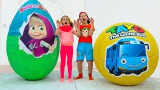 Katy y Max no pueden compartir los juguetes de Masha en un gran huevo