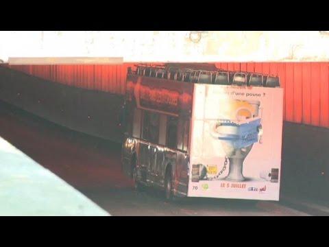 Parigi, bus di turisti incastrato sotto al ponte: 4 feriti