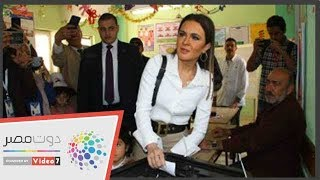 وزيرة الاستثمار تصطحب حفيدتها أثناء إدلائها بصوتها فى الاستفتاء
