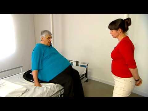 Obese cliënt (appel) draait van zit naar lig in bed met zachte draaischijf (7.16).
