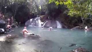 Рыбалка в Тайланде. Как клюет карп на ногу(Рыбалка в Тайланде. Видео как клюет карп в заводи на горной реке. Пилинг рыбками., 2014-11-08T01:22:20.000Z)