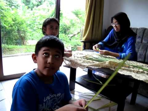 Download Fawwaz Lari sambil Balut Ketupat Aidil Fitri 2011.MOV