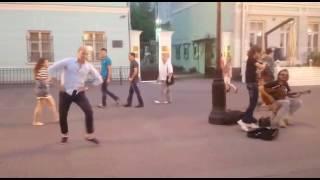 Танец экспромт . Сахалинка поддержала  уличных танцоров  на Арбате