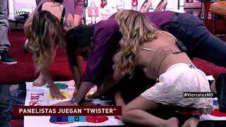 Panelistas juegan twister