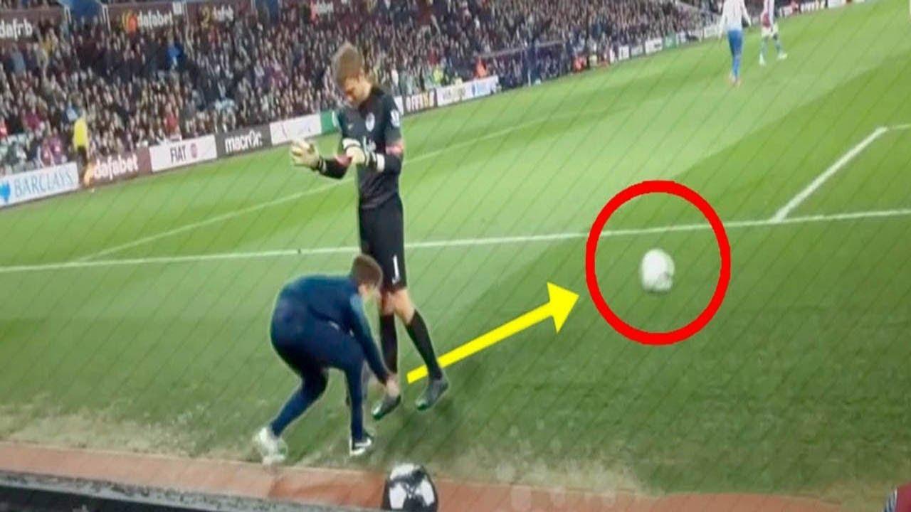 Fussballer Gegen Balljungen