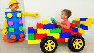 Vlad e Nikita montar no carro esportivo de brinquedo fingir jogar com brinquedo colorido