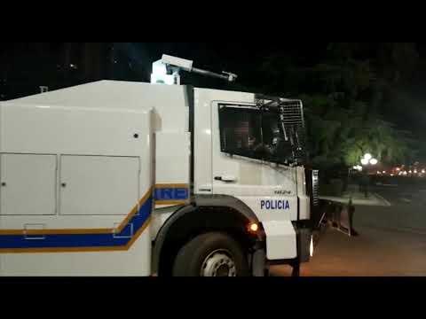 Ndërpritet ndriçimi publik përpara parlamentit, makina e ujit gati për të shpërndarë turmën