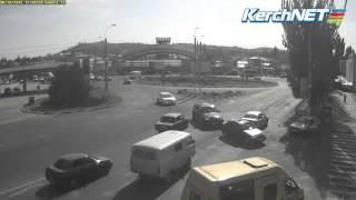 Что происходит на автомобильном кольце в Керчи (видео)(Очередную аварию зафиксировали веб-камеры KerchNET. http://www.kerch.com.ru/articleview.aspx?id=41314., 2014-10-15T09:30:53.000Z)