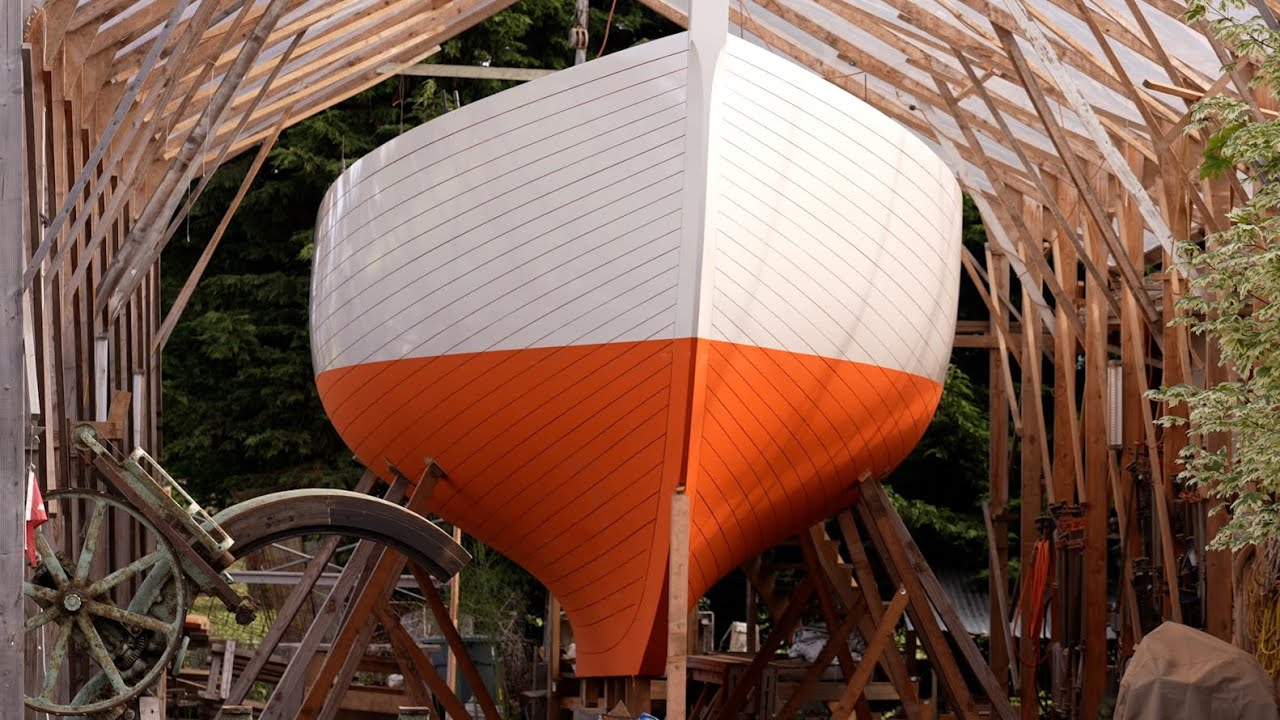 Boatbuilding - Painting the hull! (Tally Ho / EP99)