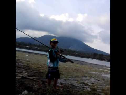 belajar casting ikan gabus di Danau Batur
