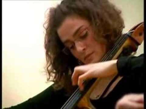 Monika Leskovar , violoncelo i Petrit Çeku , gitara
