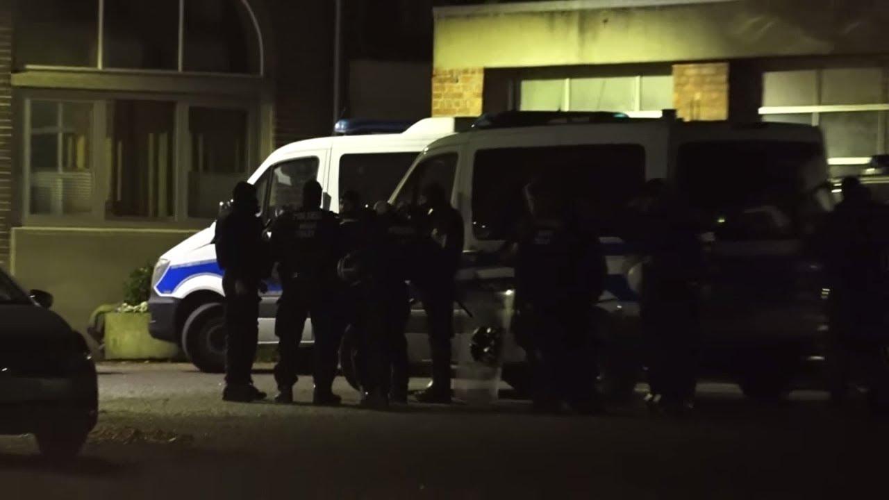 Großeinsatz der Polizei: Psychiatrie-Patienten werfen mit Geschirr und Möbeln