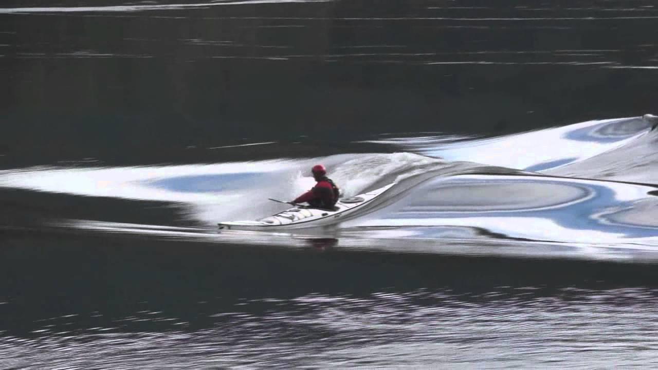 כמו שמן על מים: קייאקינג על גלי נהר בקנדה