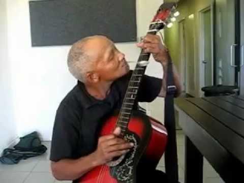 0 Tiozinho tocando violão com um colher