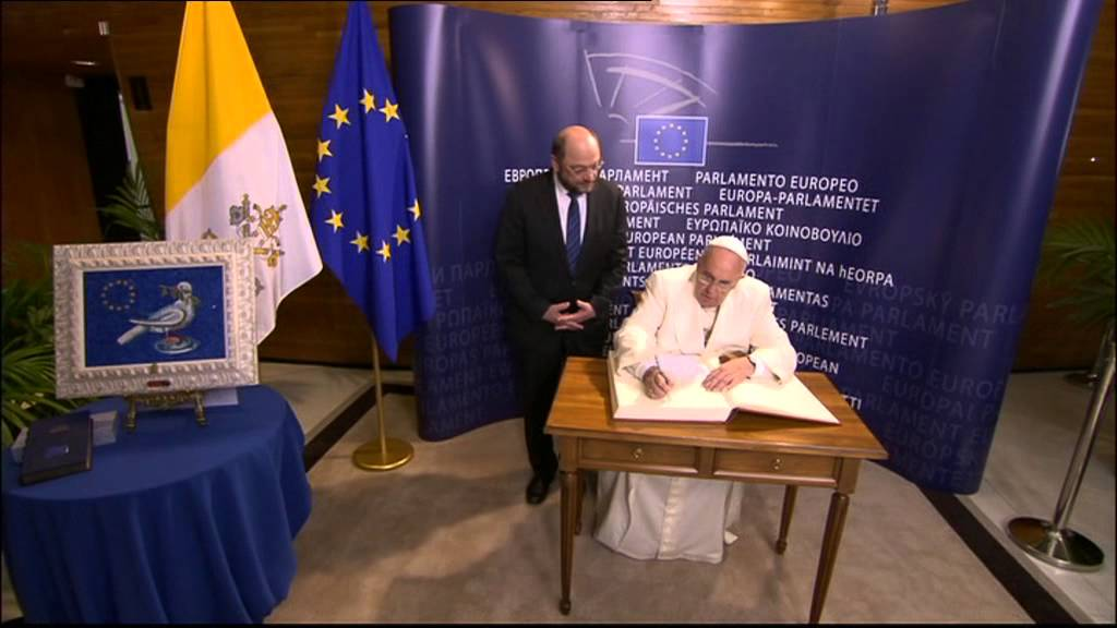 papa francesco firma il registro delle presenze al parlamento europeo youtube