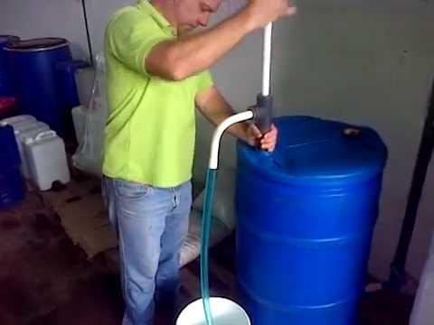 Bomba manual para trasiego de tambor de 200 litros youtube for Tambores para agua
