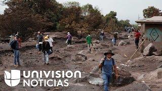 entre cenizas  sobrevivientes de erupcion de volcan en guatemala buscan restos de sus seres queridos