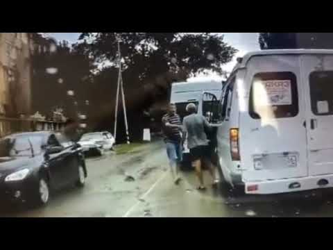 В Невинномысске маршрутчики устроили разборку на дороге