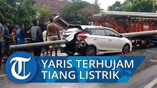 Toyota Yaris Ringsek Tertembus Beton Tiang Listrik yang Lepas dari Truk Pengangkut