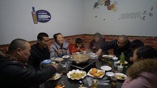 农村姑娘回娘家,老公跟着一块去,一家人开开心心吃顿团圆饭