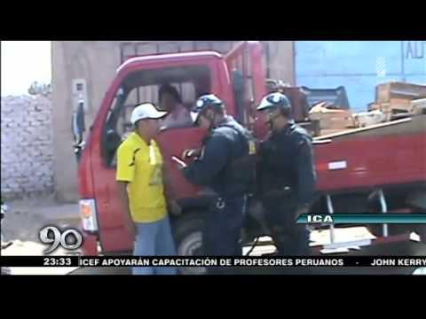 Mujer mete patada en el pecho a policía de tránsito
