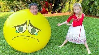 Stacy e pai jogam jogos divertidos ao ar livre