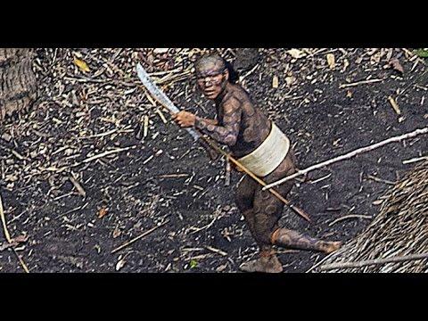 Un hélicoptère  filme le Tribu le plus Isolé du monde