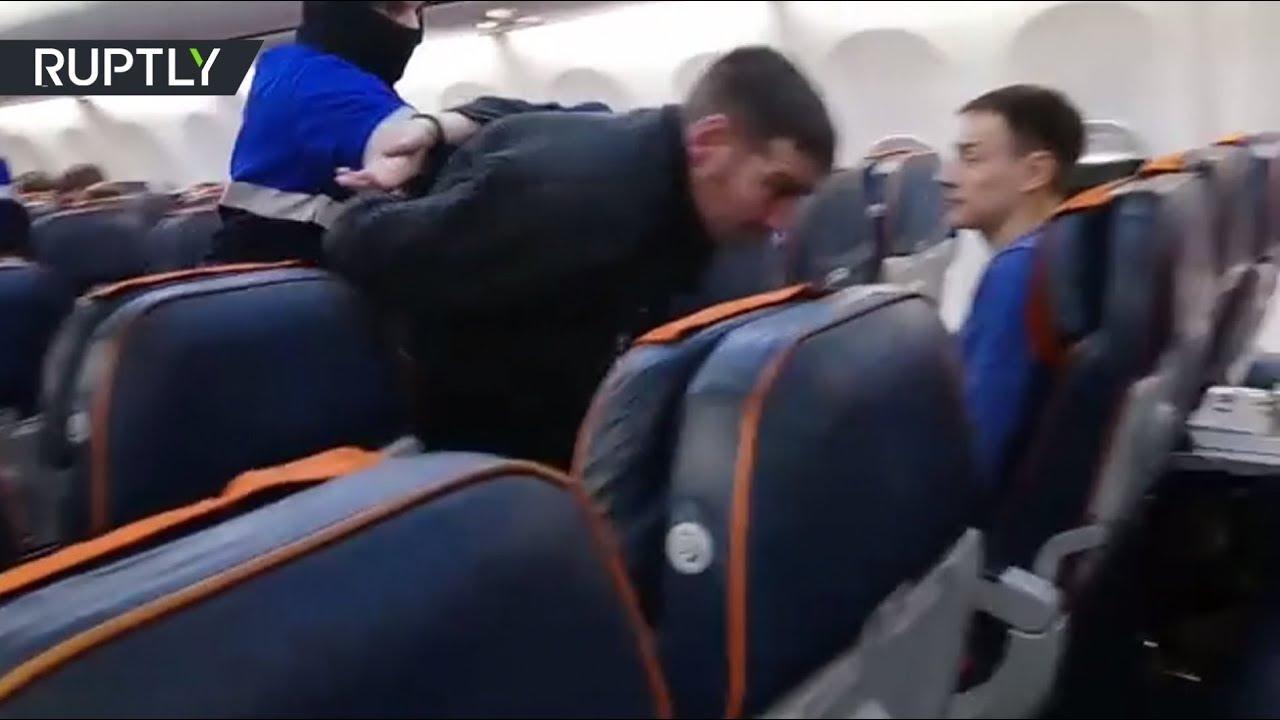 Видео из салона захваченного самолёта, который совершил посадку в Ханты-Мансийске