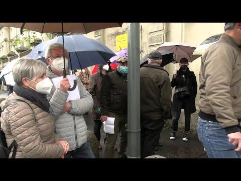 Vaccino: 70enni accalcati per ore sotto la pioggia