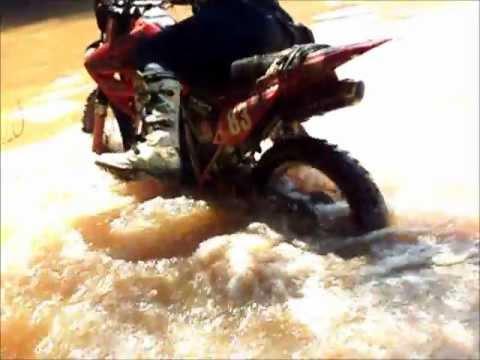Atravessando o Rio Verde, de moto em Varginha.