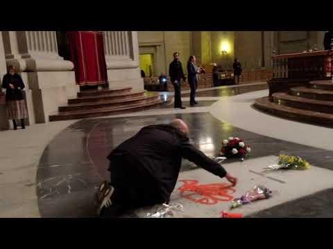 Pinta la tumba de Franco en el Valle de los Caídos (Enrique Tenreiro)
