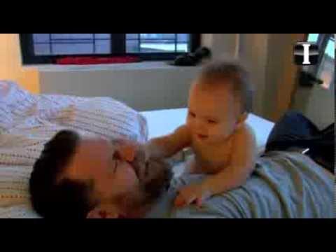 Resultado de imagen para hombr peleando con un bebe
