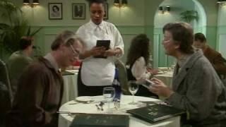 Шоу Фрая и Лори. В ресторане