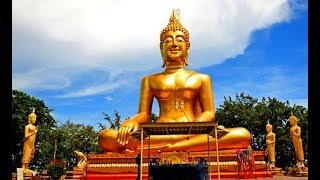Золотой будда и обзорная площадка в Паттайе.Тайланд