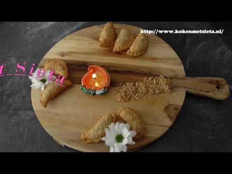 De traditionele Godjhia (zoete kokos pastei)