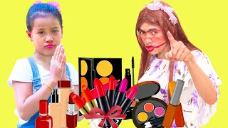 Nora's Sister Learn To Use Cosmetic Products
