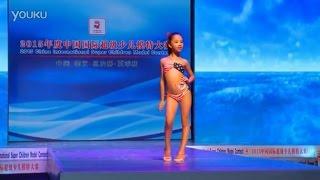 Юная китайская модель Си Юэ позирует в купальнике. 2015.