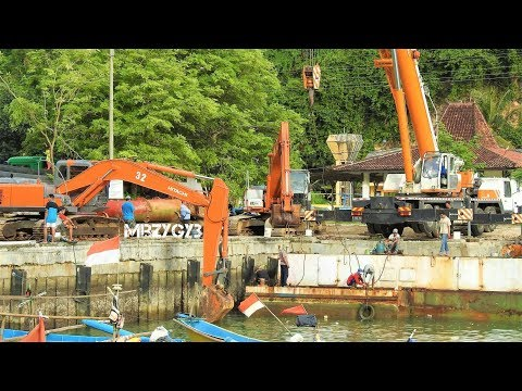 Dredger Kapal Keruk Disassembly By Hitachi Zaxis 200 Excavator And Mobile Crane Zoomlion Tadano