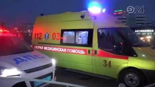 В Казани эвакуатор врезался в легковушку и снес металлические ограждения(, 2016-08-09T14:33:32.000Z)